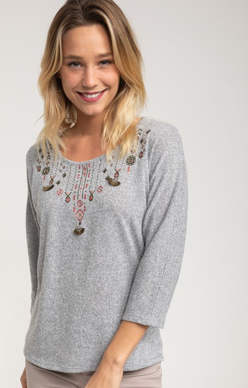 Pull broderies et pompons